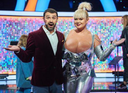 Женщина с 13-м размером груди сразилась с блондинками!